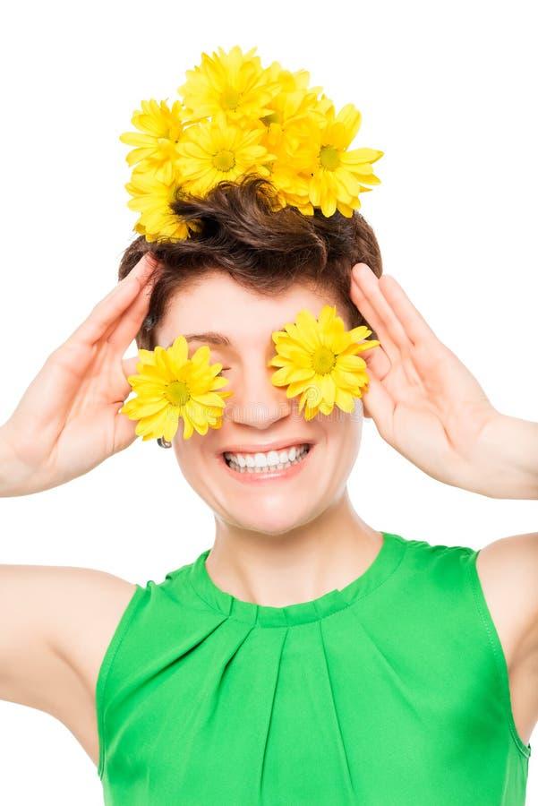 Eine Frau mit einem schönen Lächelnporträt mit Blumen lizenzfreie stockfotos