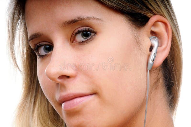 Eine Frau mit Kopfhörern lizenzfreies stockfoto