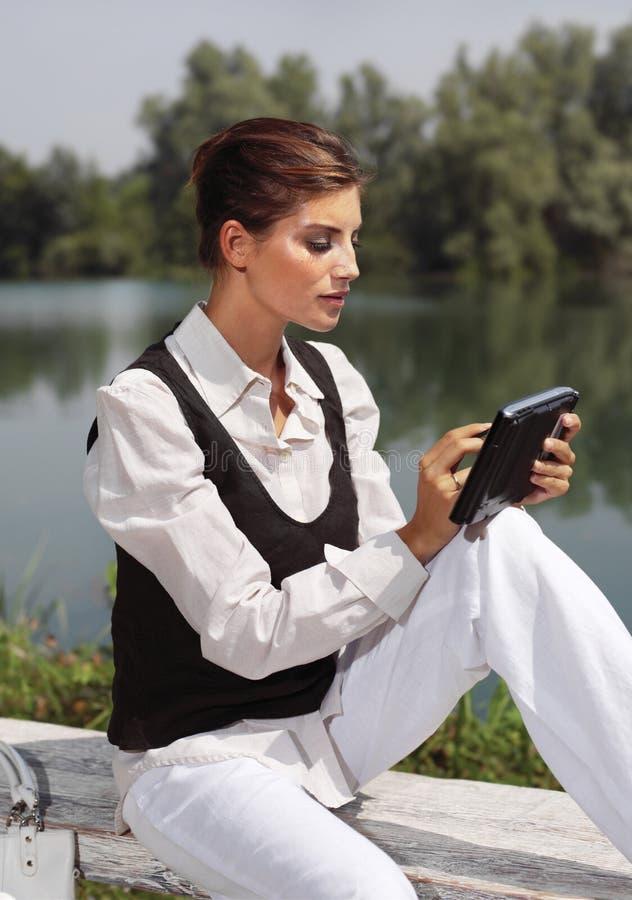 Eine Frau mit Laptop in Park cvb lizenzfreie stockfotografie