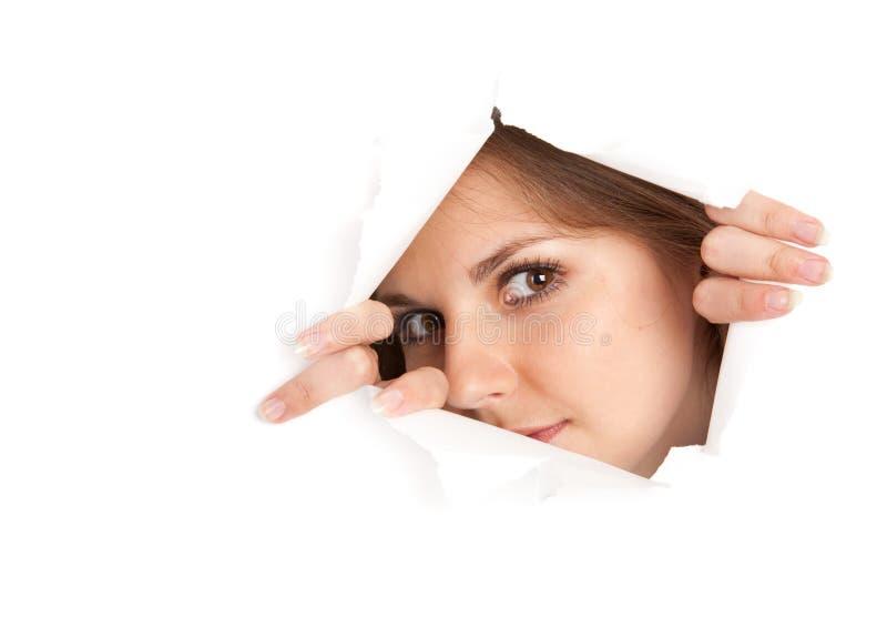 Eine Frau schaut durch ein Fenster stockbild
