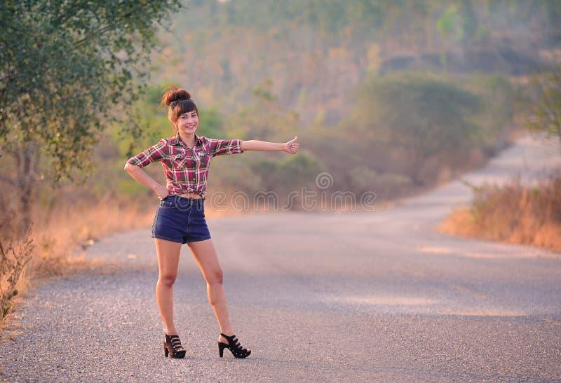 Eine Frau steht an der Straße stockfoto