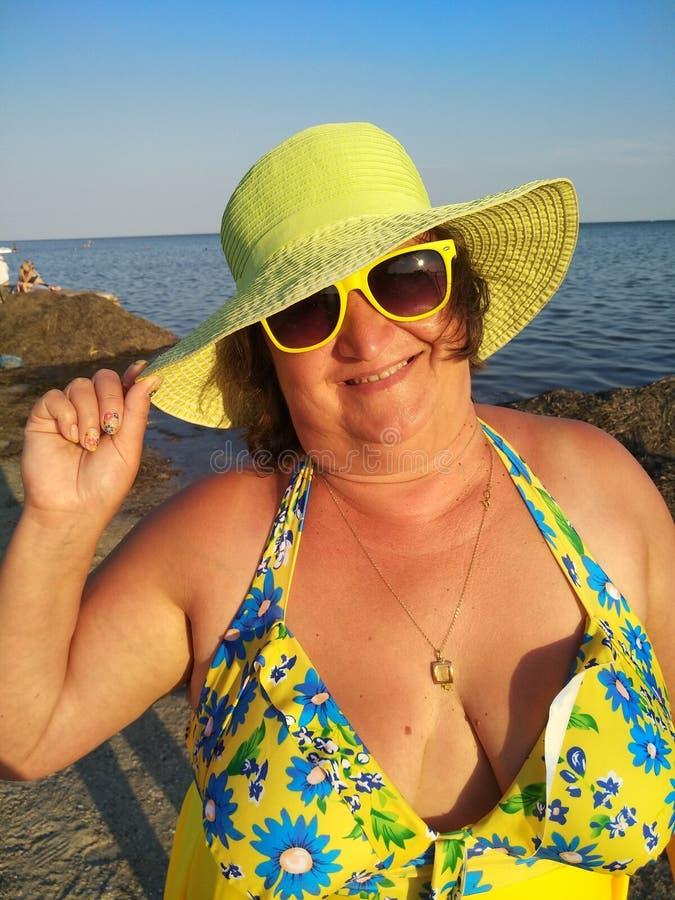 Eine Frau von mittlerem Alter in einem Gelb lizenzfreie stockfotos