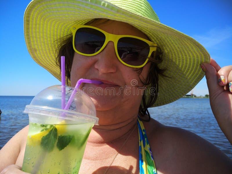 Eine Frau von mittlerem Alter in einem Gelb stockfoto