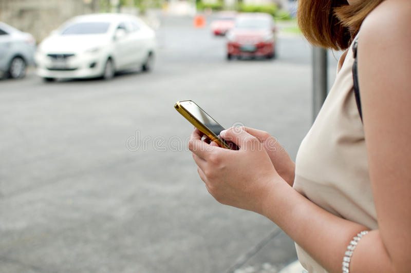 Eine Frau wartet auf Taxi lizenzfreie stockbilder