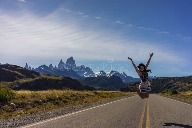 Eine Frau wirft auf der Autobahn das Führen zu die Stadt von EL Chalten und von Mt auf Fitz Roy lizenzfreie stockfotos