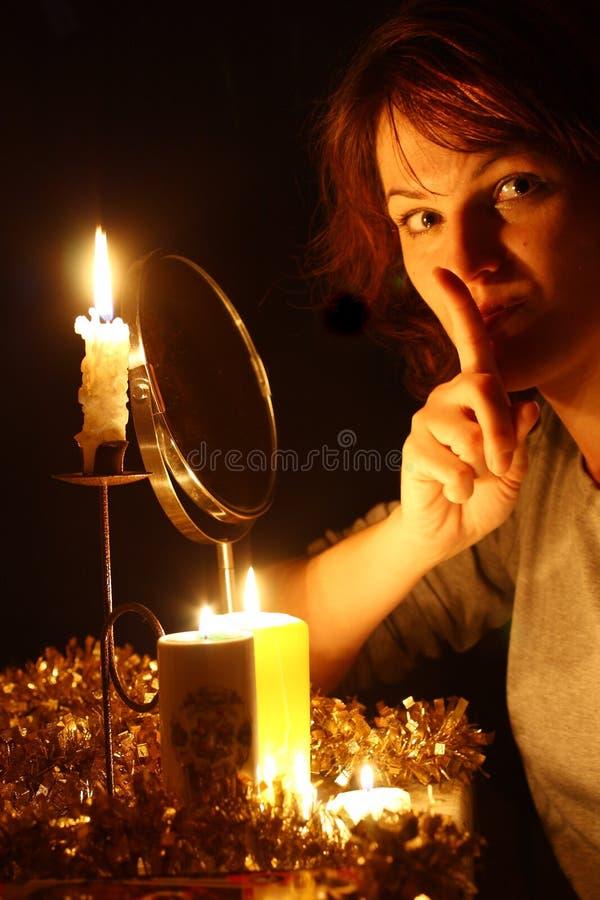 Eine Frau wundert sich auf dem Spiegel stockfotografie