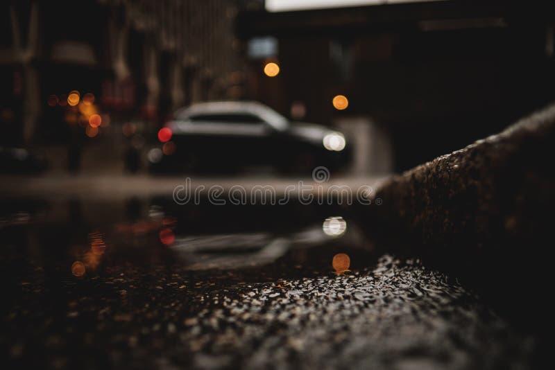 Eine Froschperspektive eines Autos mit Reflexion in der Pfütze des Wassers lizenzfreies stockbild