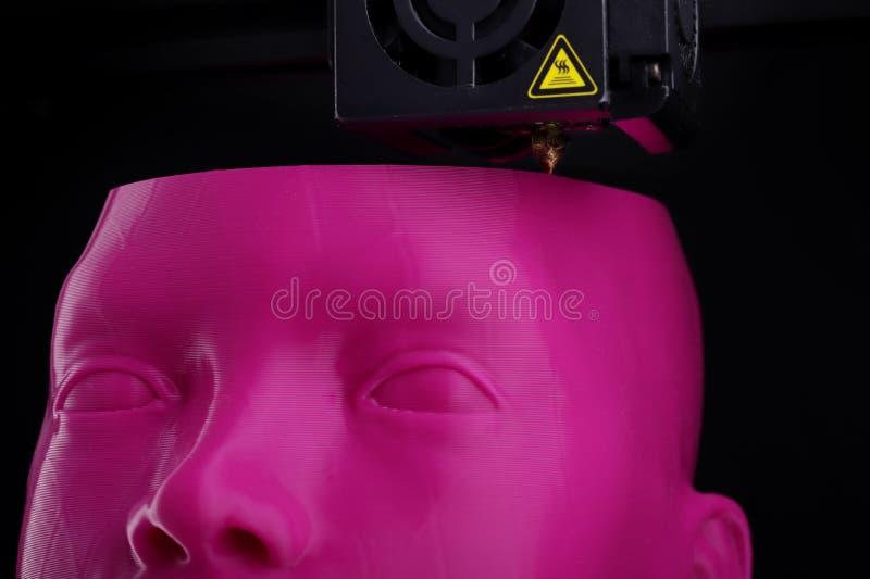 Eine futuristische humanoid Hauptskulptur wird durch ein 3D-printer vom rosa Plastik mit sichtbaren Schichten gemacht lizenzfreie stockfotografie