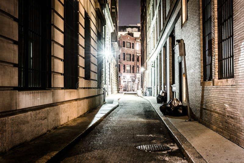 Eine Gasse nachts, in Boston, Massachusetts lizenzfreie stockfotos
