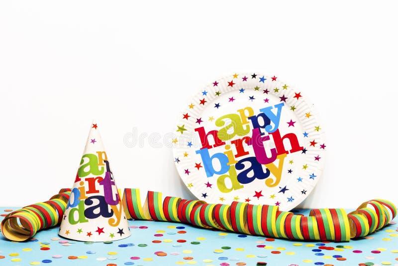 Eine Geburtstagsplatte ein Geburtstagshut stockbild