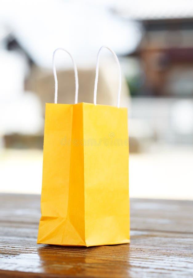 Eine gelbe Tasche auf Licht unscharfem Hintergrund lizenzfreie stockfotografie