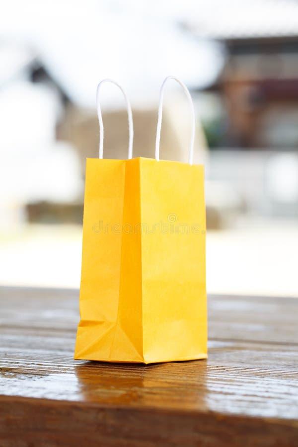 Eine gelbe Tasche auf Licht unscharfem Hintergrund stockfoto