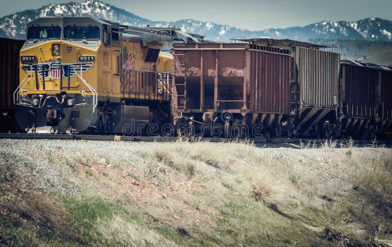 Eine gelber Verbands-pazifische sich fortbewegende Dieselmaschine und Korn-Trichter-Autos lizenzfreie stockfotografie