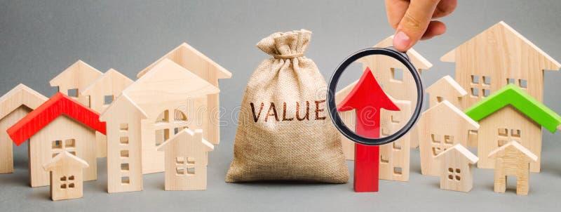 Eine Geldtasche mit dem Wort Wert, den Holzhäusern und einem hohen Pfeil Konzept des Wachstums des Immobilienmarkts Hohe Miete un lizenzfreie stockbilder