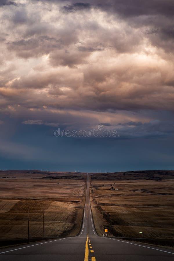 Eine gerade Straße, die in Horizont führt stockfoto
