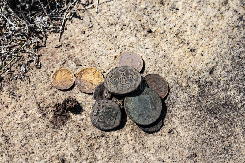 Eine geringe Anzahl alte Münzen lizenzfreies stockfoto