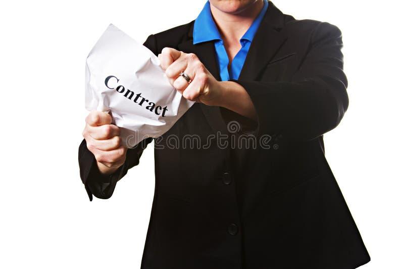Eine Geschäftsfrau, die einen zerknitterten Vertrag hält lizenzfreies stockfoto
