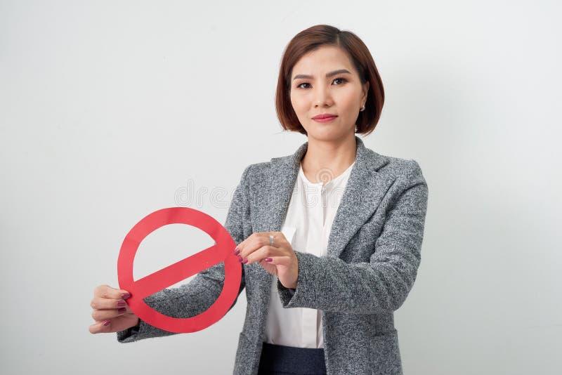 Eine Geschäftsfrau, die a mit dem Endsymbol lokalisiert auf weißem BAC hält lizenzfreie stockfotografie