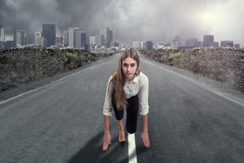 Eine Geschäftsfrau ist bereit zu laufen Getrennt auf Weiß lizenzfreie stockfotografie
