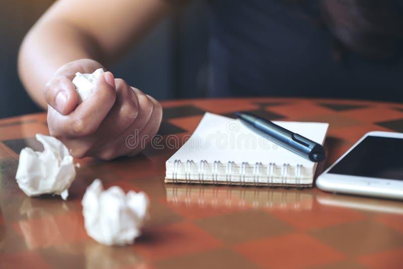 Eine Geschäftsfrau schraubte oben Papiere auf Tabelle mit Notizbuch und Handy lizenzfreie stockbilder