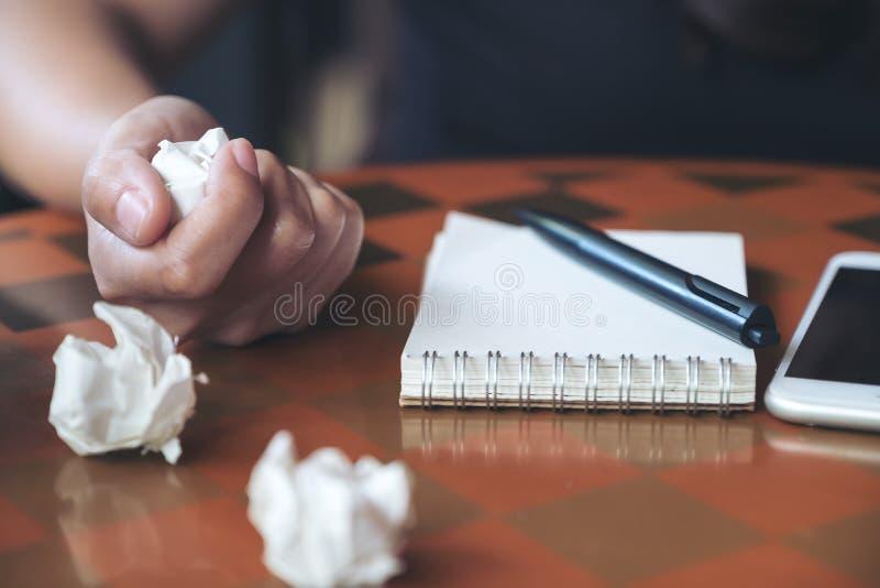 Eine Geschäftsfrau schraubte oben Papiere auf Tabelle mit Notizbuch und Handy stockfoto