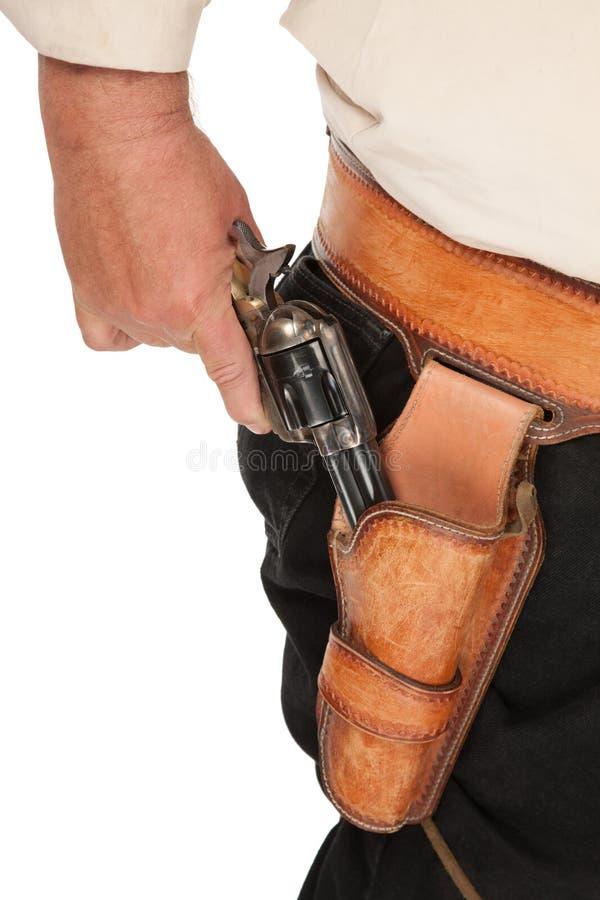 Eine gespannte Pistole auszog von einem ledernen Pistolenhalfter en lizenzfreie stockbilder