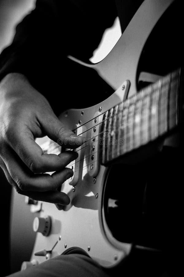 Eine Gitarre, die von einem Mann gespielt wird stockbilder