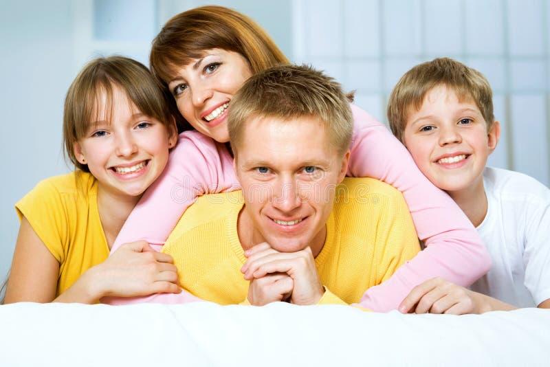 Eine glückliche Familie lizenzfreie stockfotografie