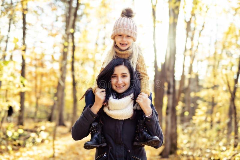 Eine glückliche Familie auf Herbst, Mutter und Tochter im Park lizenzfreie stockfotografie