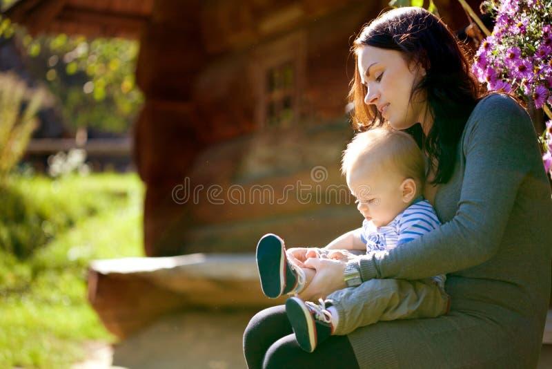 Eine glückliche Familie. junge Mutter mit Baby stockfotos