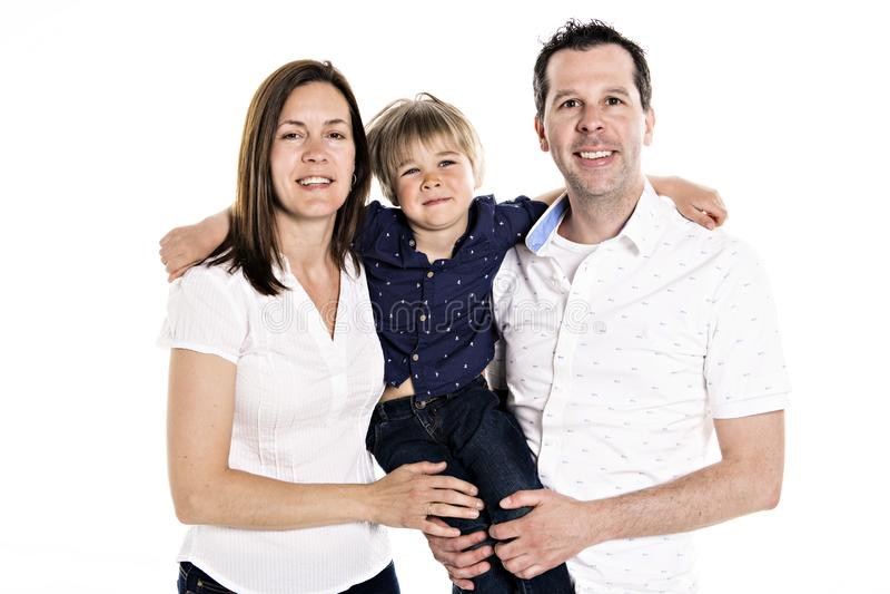Eine glückliche Familie mit seinem blonden Jungen lokalisiert auf weißem Hintergrund stockfotografie
