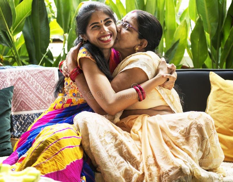Eine glückliche indische Familie zu Hause stockbild