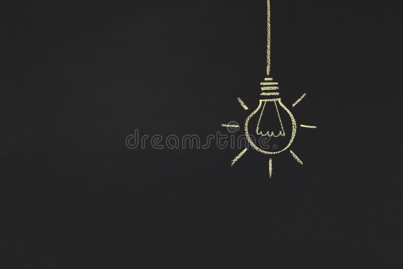 Eine glühende gelbe Glühlampe zwischen Weiß, Kopienraum lizenzfreie stockfotografie