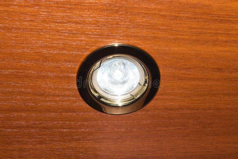 Eine Glühlampe angebracht zur Decke stockbild