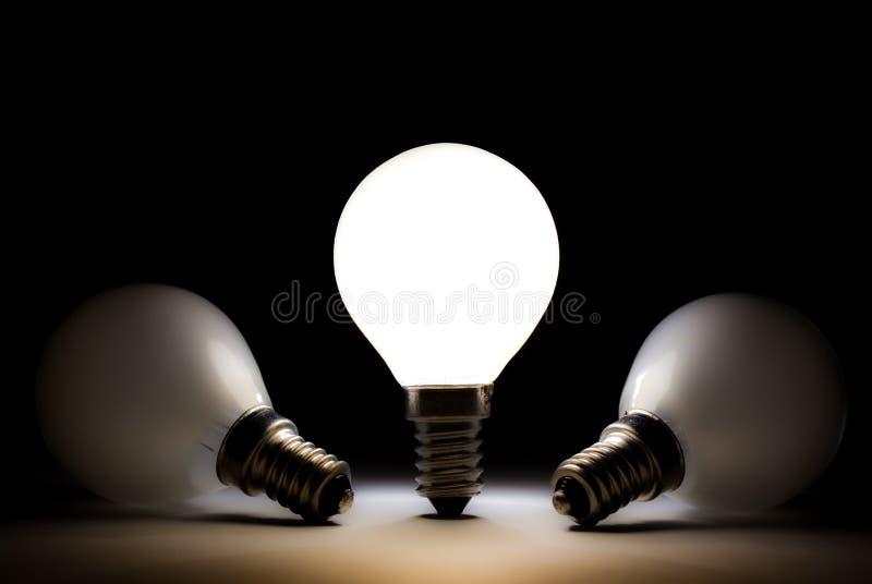 Eine Glühlampe, die andere Fühler tot glänzt stockbild