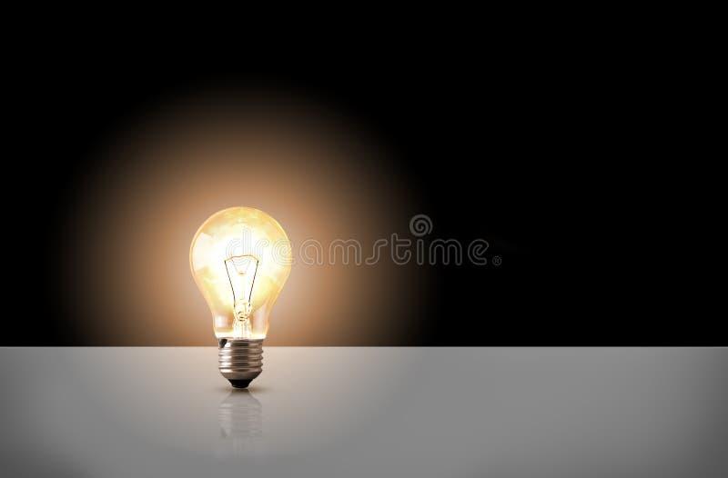 Eine Glühlampebirne auf schwarzem Hintergrund vektor abbildung