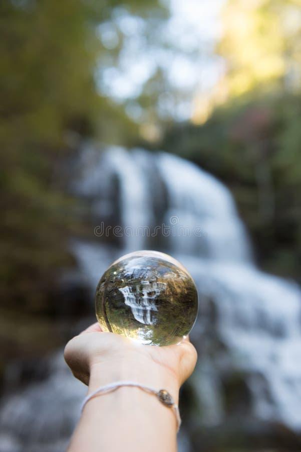 Eine Glaskugelansicht bei Pearson Waterfalls im North Carolina lizenzfreies stockbild