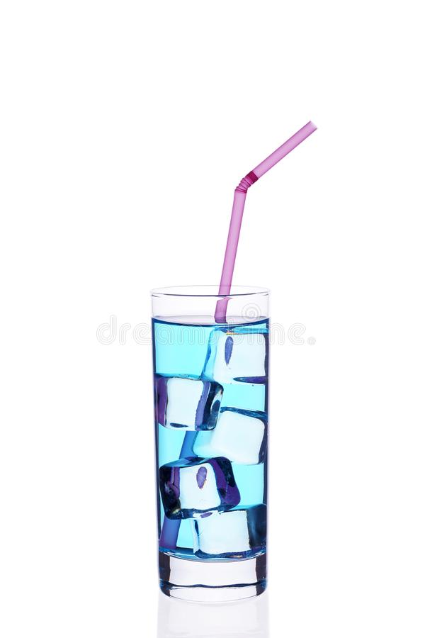 Eine Glasschale blaue Rohr-Eiswürfel des Cocktails c auf einem weißen Hintergrund stockbilder