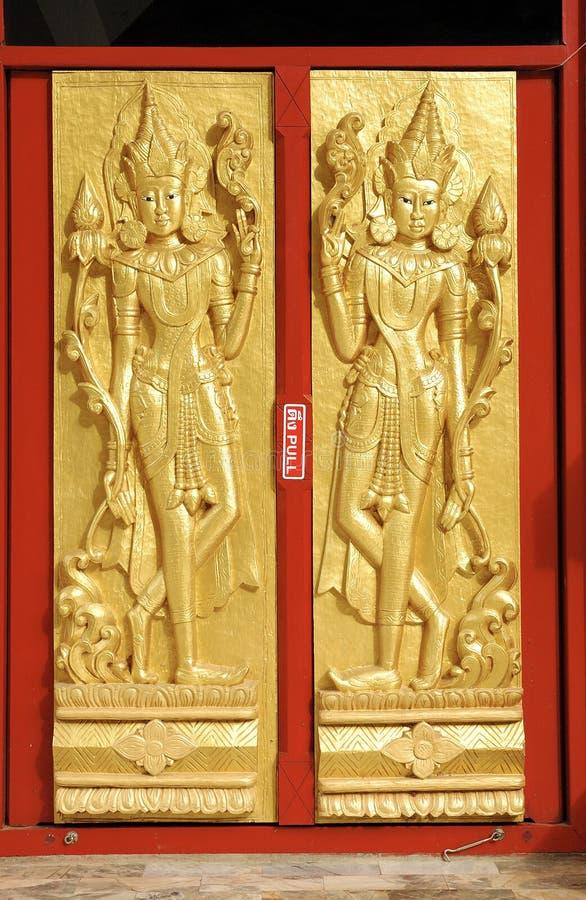 Eine Goldbuddha-Tür in Thailand lizenzfreie stockbilder