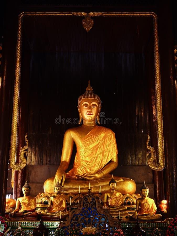 Eine goldene Statur von Buddha lizenzfreie stockfotos