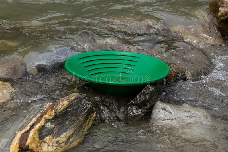Eine Goldwanne im Fluss stockfotografie
