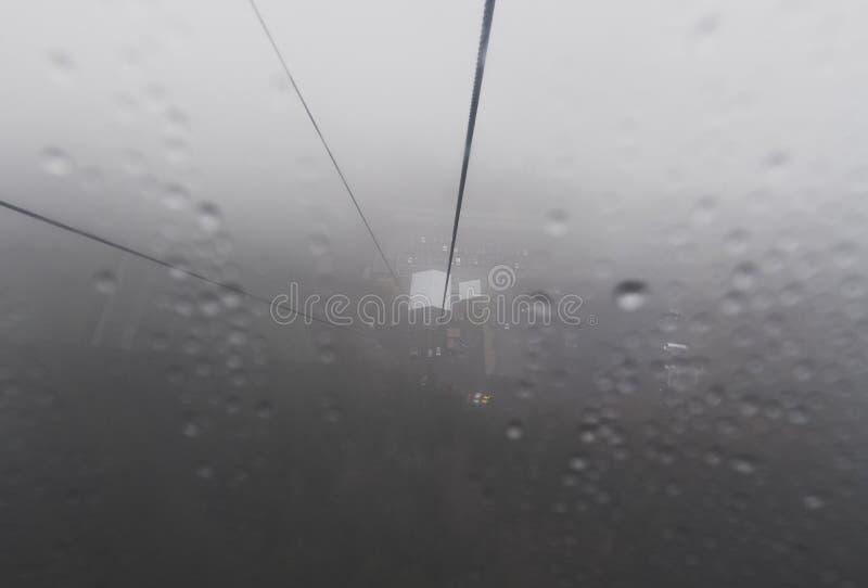 Eine Gondel schneidet seine Weise durch den Nebel und den Nebel lizenzfreie stockfotografie