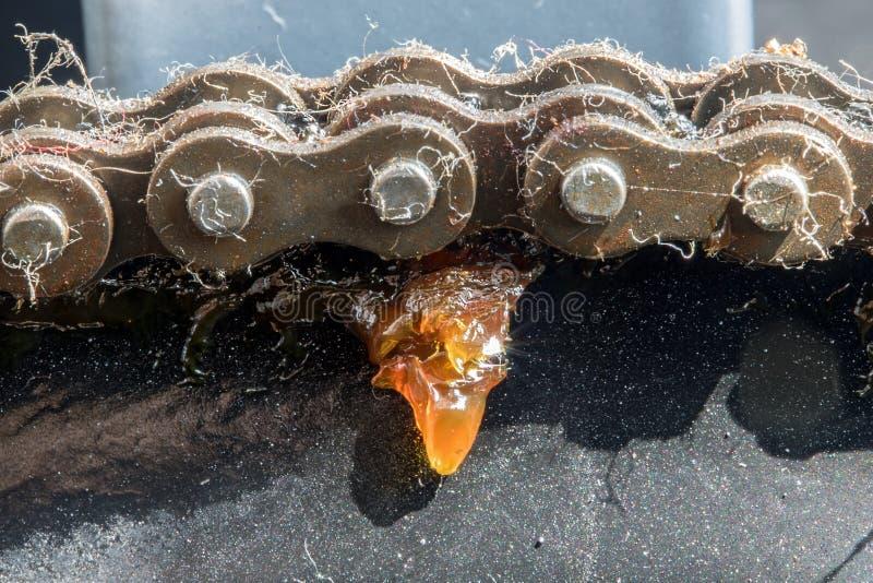 Eine Großaufnahme einer Kette, die das Zahnrad einkreist stockfotografie