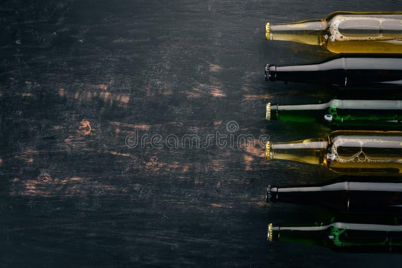 Eine große Auswahl von Bierflaschen stockbild