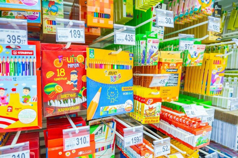 eine große Auswahl von Selbststiften, von Bleistiften, von Markierungen und von anderem Briefpapier für Schulkinder lizenzfreie stockfotos
