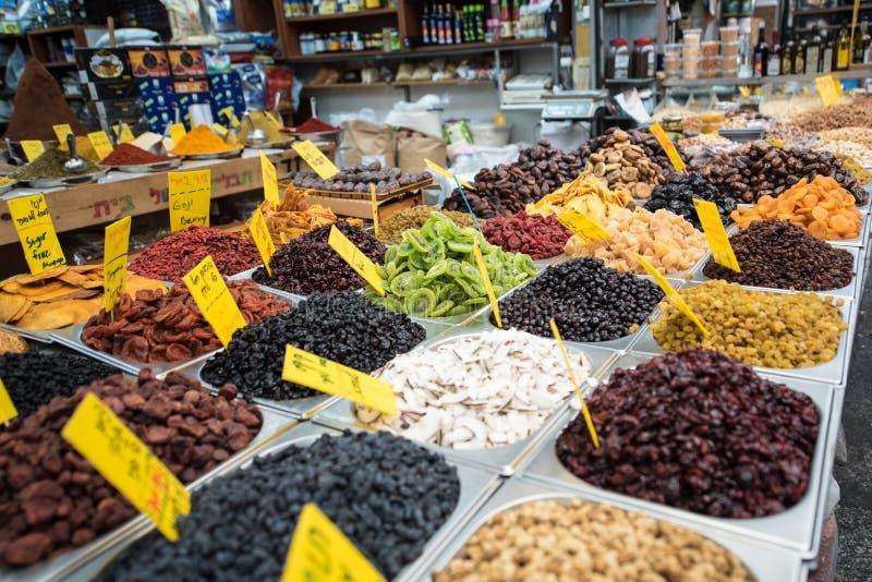 Eine große Auswahl von Snäcken für Verkauf auf dem Markt stockbild