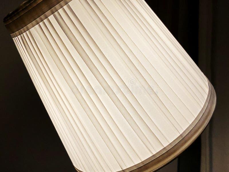 Eine große Lampe für das Beleuchten des Raumes Das Licht ist eingeschaltet Nahaufnahme stockfoto