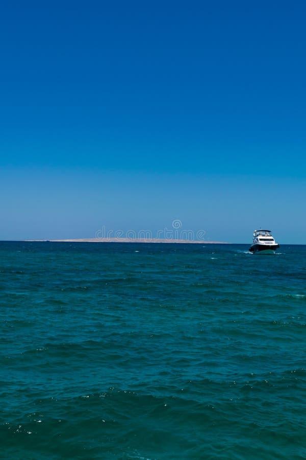 Eine große private Bewegungsyacht laufend heraus an der Seelagune stockfotos