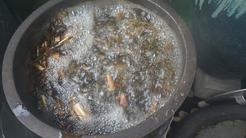 Eine große Schüssel kochende Kräuter und Gewürze! stockfoto