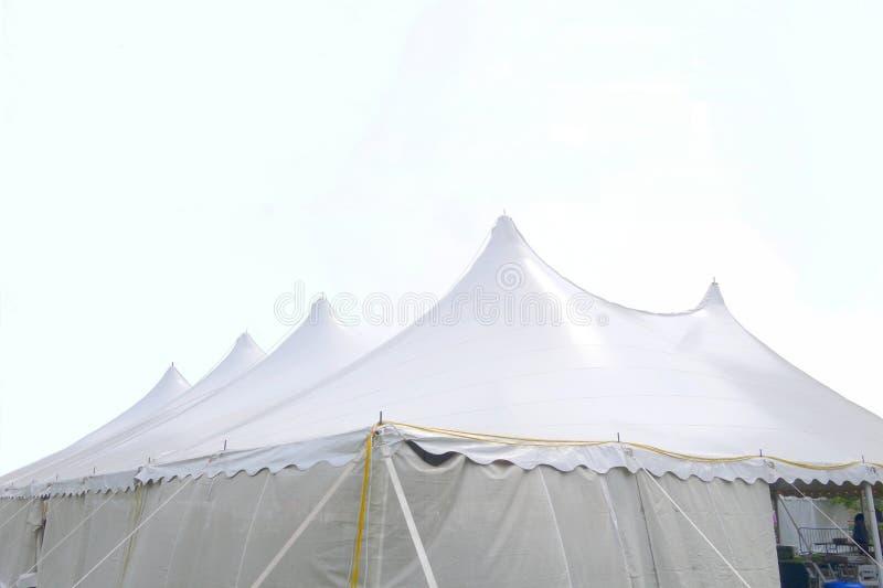 Eine große weiße Hochzeit oder ein Ereigniszelt lizenzfreie stockfotografie